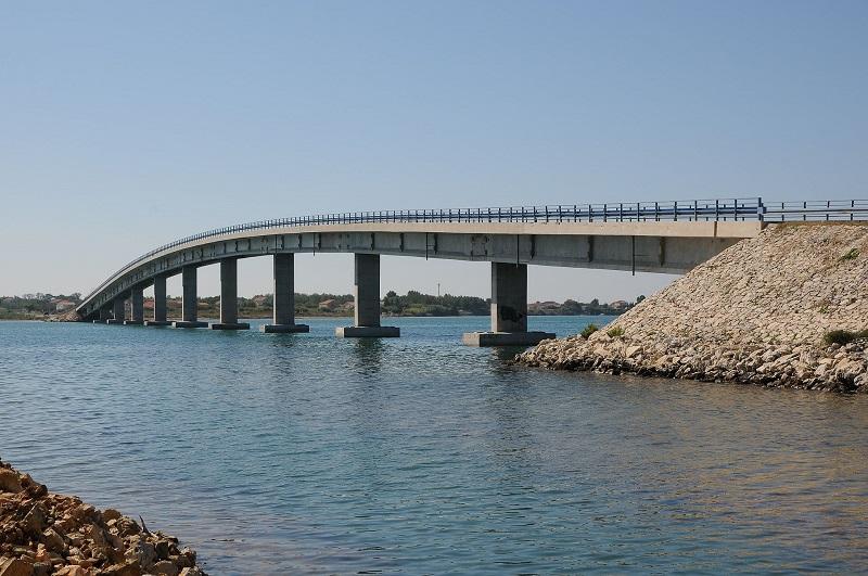 Most, ktorý sa tiahne cez Shellows Privlaka, spája Vir s pevninou